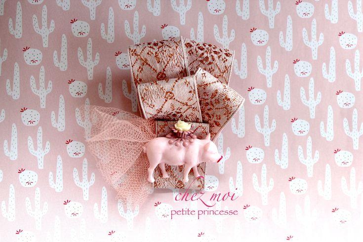 Sono felice di condividere l'ultimo arrivato nel mio negozio #etsy: Brooch Pig Girl - Bow Tie - Gift Handmade - Bow Brooch - Ribbons Brooch - Textile Brooch - Pin - Spilla - Love Gift - Pig Brooch #gioielli #spille #rosa #bambine #oro #animali #pasqua #compleanno