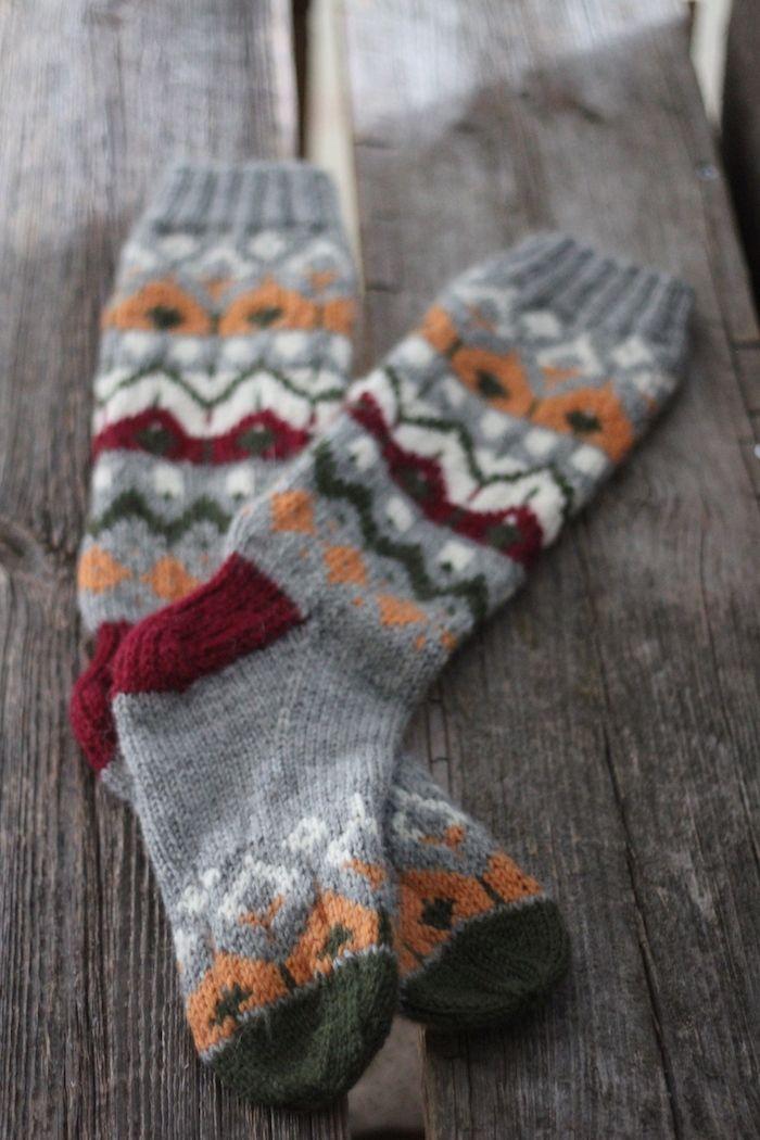 Olen neulonut jo kahdet tällaiset sukat vaalealla värityksellä, ja nyt sitten harmaalla pohjavärillä seuraavat. Näitä värejä on ollut kiva...