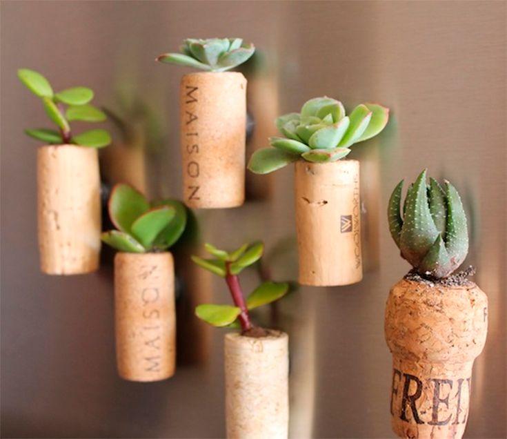 Ótima maneira de decoração. E para quem não sabe, rolhas comuns são feitas com uma espécie de 'casca' de árvore.