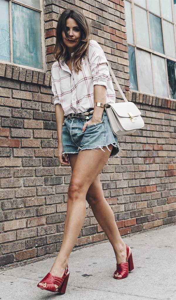 Street style com camisa e short jeans.