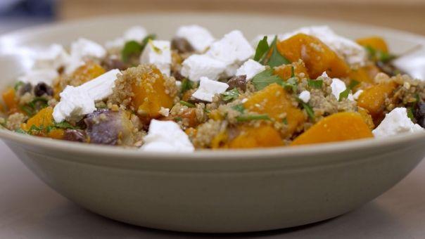 Warme salade met geroosterde pompoen, quinoa en feta van Meuzje. Met krokante nootjes, zoete rozijntjes, bangelijk lekker!