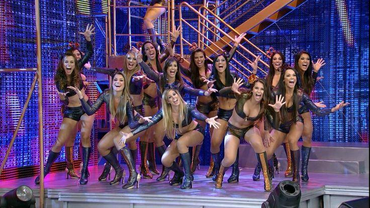 O posto de bailarina do Domingão do Faustão é almejado por muitas mulheres, já que é uma grande vitrine da televisão brasileira, muitas querem, mas poucas conseguem ser uma bailarina do programa de Faustão, embora pareça uma tarefa simples não é nada fácil, exige muito trabalho e dedicação das moças. Uma fonte ligada ao programa revelou como é a rotina das dançarinas e o valor do salário que elas recebem. As bailarinas ensaiam em média 03 vezes por semana a coreografia do programa, ensaiam…