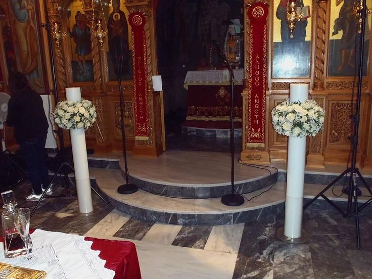 Στολισμός λαμπάδας γάμου με ελιά και λευκά τριαντάφυλλα στην εκκλησία