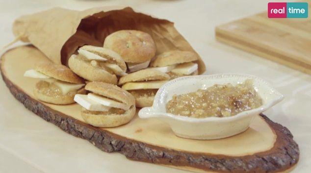 focaccine di LuciaIngredienti per 8 persone: 300 g di farina integrale, 200 g di farina manitoba, 15 g di lievito di birra, 300 ml di acqua, 5 g di miele, 25 g di olio, sale. Per la marmellata: 500 g di pere williams, 225 g di zucchero, 18 g di succo di limone, 3 g di pectina, 60 g di noci sgusciate. Per completare: formaggi misti a piacere.  Impastare le farine con il lievito sciolto nell'acqua tiepida, il miele, l'olio e un pizzico di sale. Fare lievitare l'impasto. Quando sarà raddoppiato…