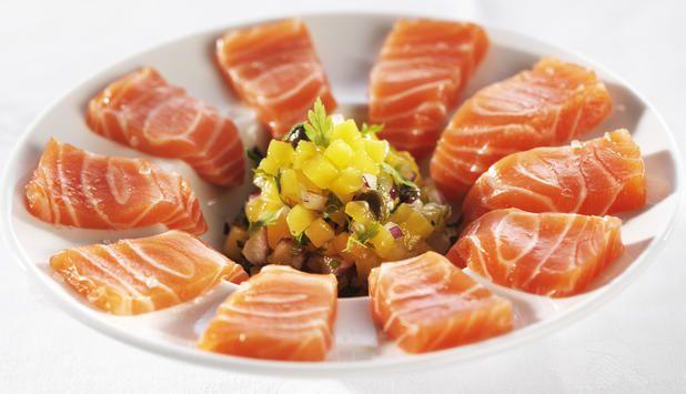 Ceviche er en rett der fisk blir marinert i sitrus. Dette er en spennende oppskrift av ørret servert med mango- og kaperssalsa.