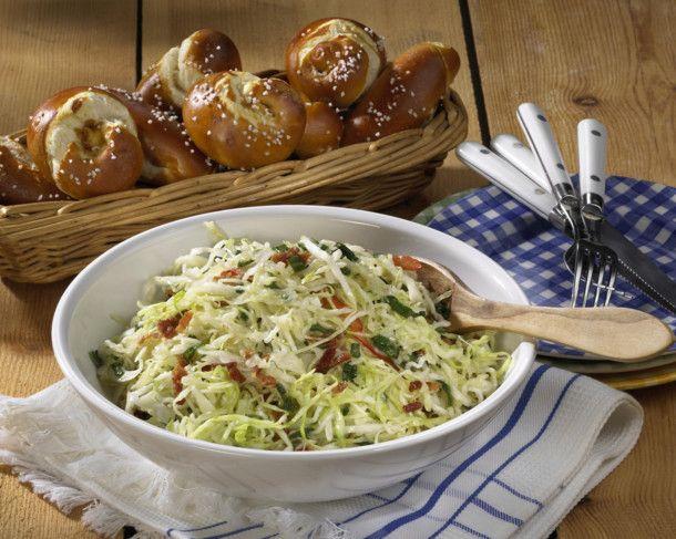 Unser beliebtes Rezept für Bayerischer Krautsalat mit Laugengebäck und mehr als 55.000 weitere kostenlose Rezepte auf LECKER.de.
