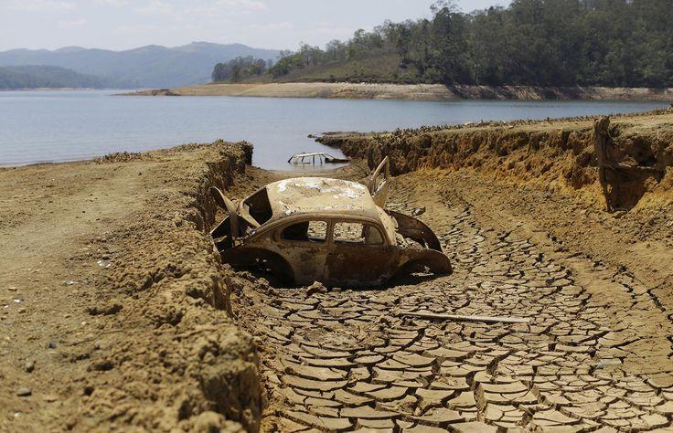 Seca revela carros abandonados no Sistema Cantareira                                                                               ISSO É O REFLEXO DA DESTRUIÇÃO DA AMAZÔNIA, NINGUÉM ESCUTA OS AMBIENTALISTAS SÓ PENSAM EM DINHEIRO É DAI PRA PIOR!!!!!