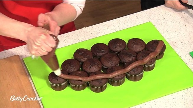 Interested in creating a football-shaped pull-apart cake with cupcakes? With the right ingredients and proper technique, it's easier than you'd think. So easy, in fact, that this free video cooking lesson can present a complete overview of the cooking process in about five minutes. For more information, including the full recipe, and to get started making your own American football-themed pull-apart cakes, watch this video guide.