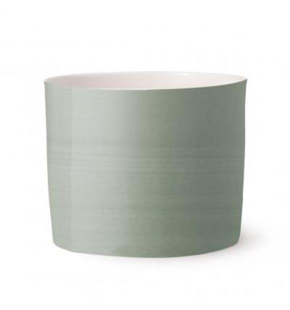 Bloom Urtepotte large fra Anne Black  Sart og delikat jadegrøn urtepotteskjuler i porcelæn med enkel og elegant form.  Bloom findes i 2 forskellige størrelser med samme klassiske design i glaseret porcelæn.  Mål: 14,5 x 12,5 cm.