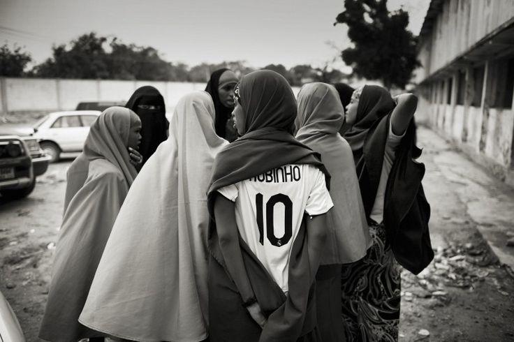 Una squadra di basket di ragazze discute l'allenamento quotidiano fuori dal campo, a Mogadiscio. In Somalia le donne rischiano la vita per giocare a basket e praticare altri sport, contravvenendo ai divieti degli islamisti radicali e dei miliziani di al-Shabaab, la cellula di al-Qaida nel paese.  Suweys ha 19 anni ed è il capitano della squadra della foto. Ha spiegato che «Voglio soltanto fare canestro. Il basket mi fa dimenticare tutti i miei problemi».