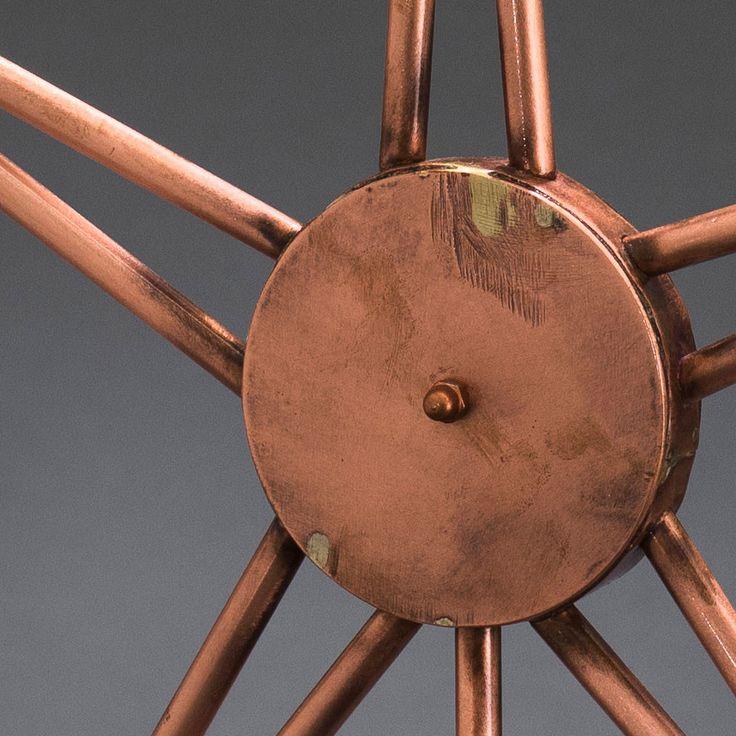 Svært lekker adventsstjerne på fot i råkobber fra Konstsmide. Metallstjernen har 10 integrerte LED lyskilder og er en meget stilfull og dekorativ stjerne med lekre detaljer og et røft, industrielt uttrykk.