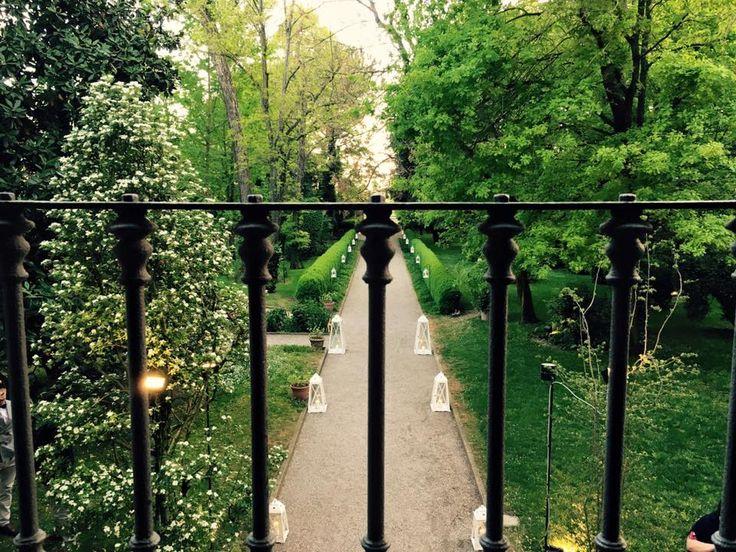 Il viale della villa immerso nel verde