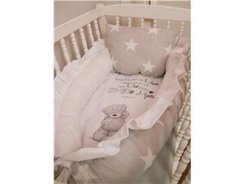 ***Vackert ljusgrått babynest med vita stjärnor och söt nalle!***