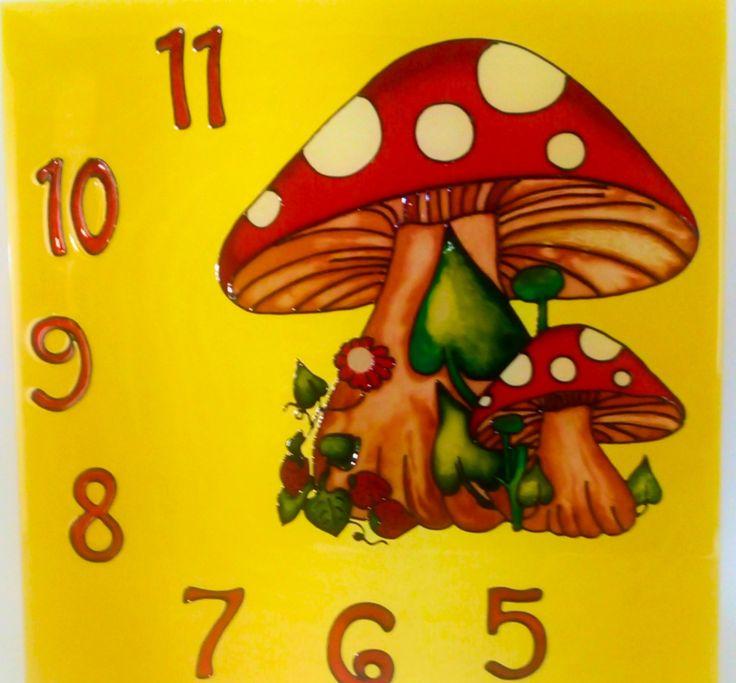 Kézzel festett üvegóra - Vidám gombák - 30x30 cm