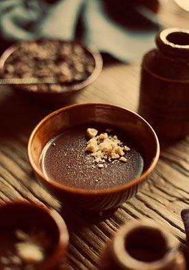 Recept chocoladepudding (6 pers.) DIY | doe het zelf  Deze kleine puddinkjes zijn om je vingers bij af te likken, zo lekker. Een grand dessert! www.twoonhuis.nl