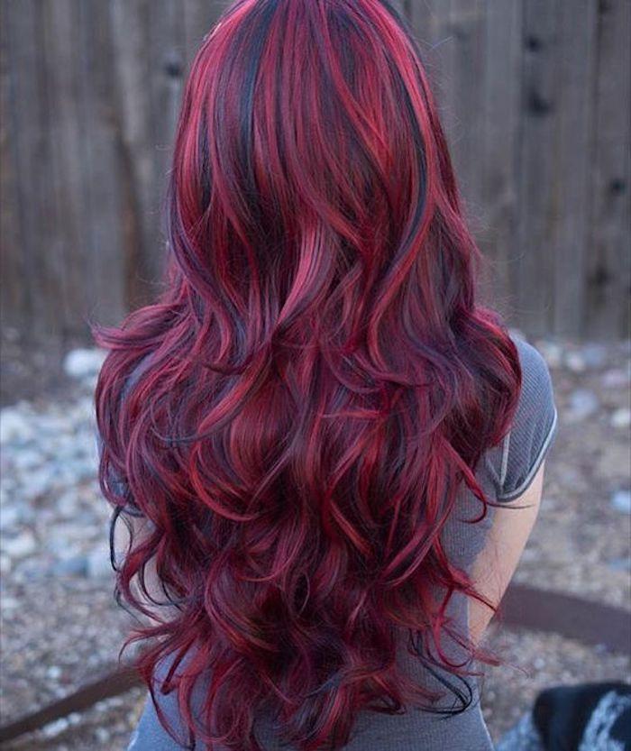Neue Frisuren Dame Mit Langen Lockigen Roten Haaren Mit Schwarzen Strahnen Haarfarben Haarfarbe Rot Langhaarfrisuren