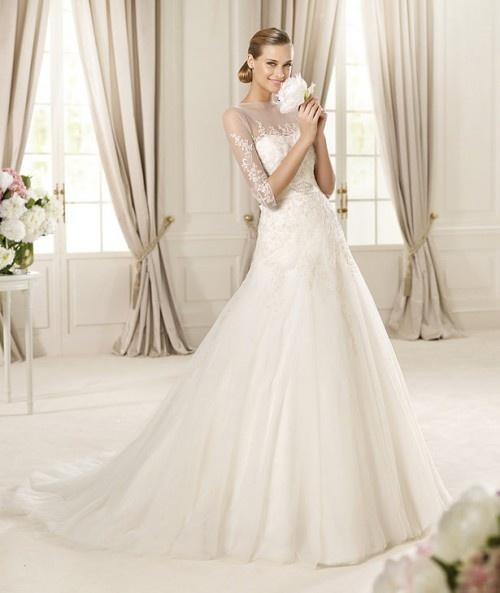Vestido de novia con mangas transparentes y encaje - Foto Pronovias 2013