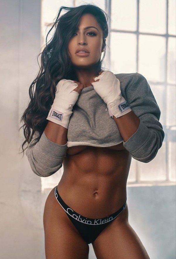 Weiblicher Pornostar mit Bauchmuskeln