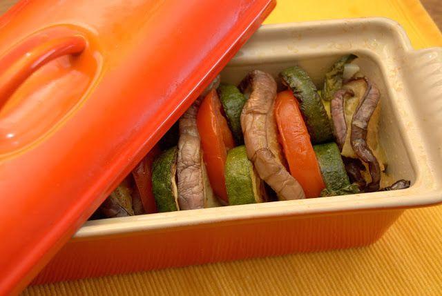 Terrina di verdure estive  1 melanzana viola 4 grosse zucchine 2 pomodori ramati basilico e aglio olio   tagliate a fette spesse le melanzane dopo averle lavate e asciugate, fate lo stesso coi pomodori, lavati e asciugati.  Tagliate a rondelle spesse anche le zucchine. Tritate l'aglio. Sul fondo della terrina fate uno strato di rondelledi  zucchine a ricoprire il fondo, aggiungete l'aglio tritato e il basilico, poi mettete le verdure in verticale, alternando le fette di melanzana, di…