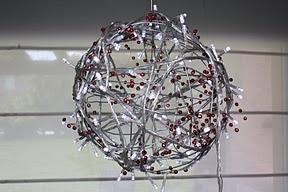 """LACA """"Lo Atamos Con Alambre""""  Esfera de alambre con guirnalda y lucecitas"""