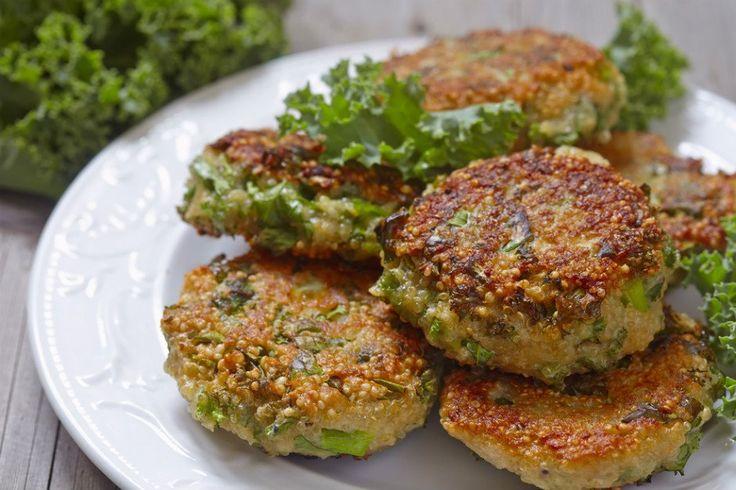 Kinoalı tavuk köftesi tarifiyle, köfte yaparken kullandığımız ekmek içini, kinoanın tokluğu ile kamufle ediyor ve gluten diyetine uygun hale getiriyoruz.