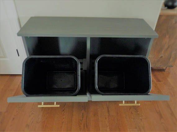 Este precio es para una doble inclinable basura papelera/papelera. Podría también utilizarse como una cesta o para el almacenaje del alimento de perro. El artículo es hecho de sólida construcción en madera que resistirá al desgaste. Se puede construir a la orden con su opción de teñido acabado en un estilo tradicional o rústico. Sostiene dos cubos de basura normal de 13 galones.  Las dimensiones ilustradas son 31 L H X 42 X 14 D. envío precio es una estimación y puede variar dependiendo ...