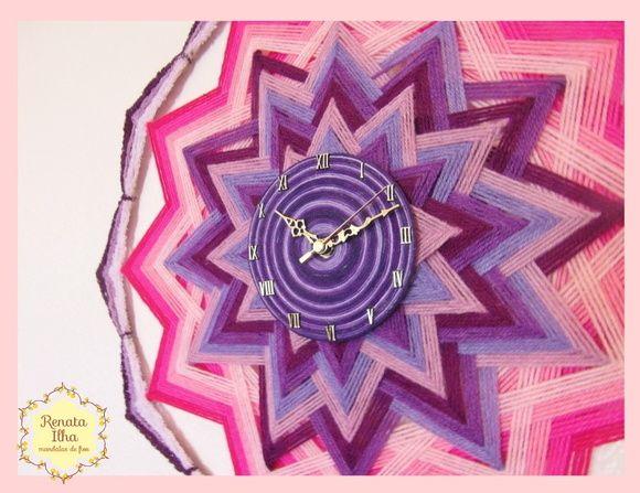 Mandala de 12 pontas, 60cm de diâmetro. Feita com fios acrílicos e base de varetas de bambu sob relógio Quartz a pilha.  O Crisântemo é a flor nobre do Japão. Considerada símbolo de longevidade, rejuvenescimento, prosperidade, amizade, alegria, otimismo e fidelidade, esta flor simbolizada na mandala de 12 pontas representa o desejo de que tudo isso se espalhe a cada novo ciclo de vida.  As cores do crisântemo lilás estabelecem uma conexão com nossos propósitos mais elevados e os tons rosados…