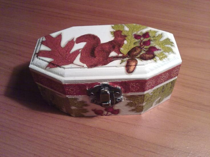 Cajita decorada con decoupage