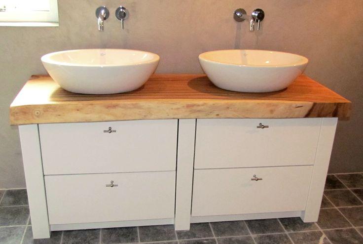 Dit landelijke royale meubel heeft een 10 cm dik teakhouten blad en 2 keramische waskommen van Villeroy en Boch. De 4 ruime laden maken het badkamermeubel erg functioneel. Ontwerp en bouw door WOOD4. Bathroom