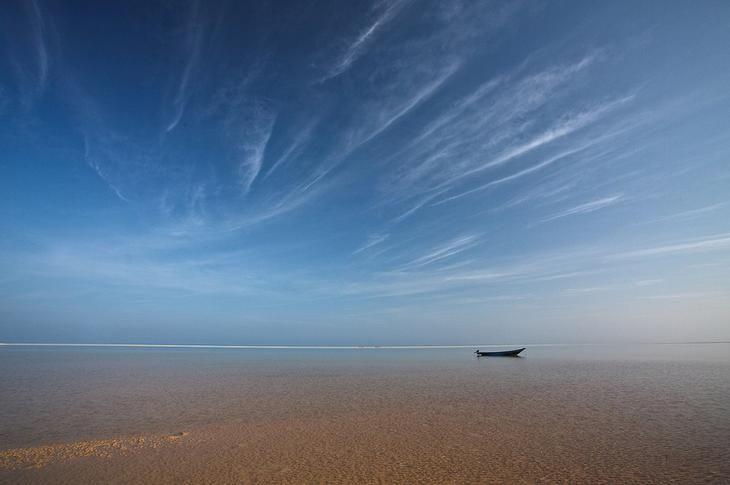 Остров Сокотра. Одинокая лодка на берегу