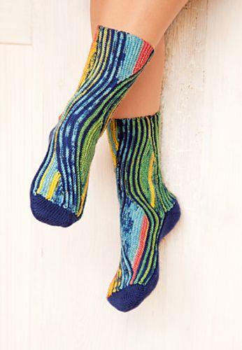 Женские носки• Размер 38-39 (36-37) 40-41 Вам потребуется: • Носочная пряжа (420 м /100 г): по 100 г желто-зеленого цвета для строф и 100 г темно-синего цвета для пауз • 2 пары круговых спиц № 2…