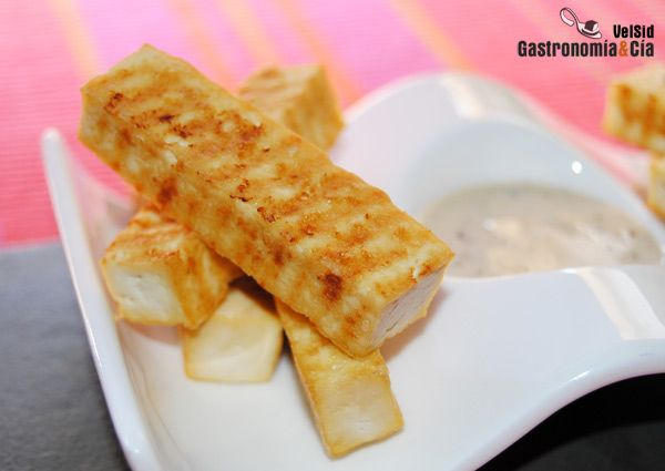 Generalmente consumimos el tofu natural que marinamos a nuestro gusto como habéis podido ver en algunas de nuestras recetas con tofu, pero también nos gusta comer de vez en cuando el tofu ahumado, éste para platos o aperitivos en los que se puede disfrutar de esa particularidad en su sabor, como esta sencilla receta de Tofu ahumado crujiente con salsa cremosa de soja y sésamo.Sabemos que esta cuajada de soja es para muchas personas algo insípido y de textura extraña, pero todo depende de…