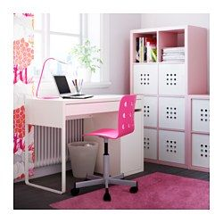 IKEA - MICKE, Escritorio, blanco, , Gracias a la abertura de la parte de atrás es fácil mantener ocultos, pero a mano, cables y enchufes.Puedes montar la unidad a la derecha o izquierda, como más te convenga.La abertura del panel trasero asegura la ventilación del ordenador o de cualquier otro equipo.Los topes evitan que el cajón se salga.Se puede colocar en medio de la habitación porque la parte trasera está tratada.Amplía la superficie de uso combinando escritorio y cajoneras, ya que en…