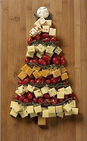 Árbol de Navidad con 5 tipos de queso, tomates cherry, tomillo y un champiñón.