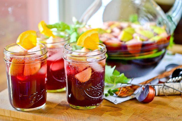 ДОМАШНЯЯ САНГРИЯ  Нарезанные апельсины, яблоки, сезонные ягоды туда подавить, залить красным сухим вином - 1 часть и спрайт - 3 части. Части можно уменьшать и убавлять и как минимум на полчаса в холодильник. Отличный летний напиток))