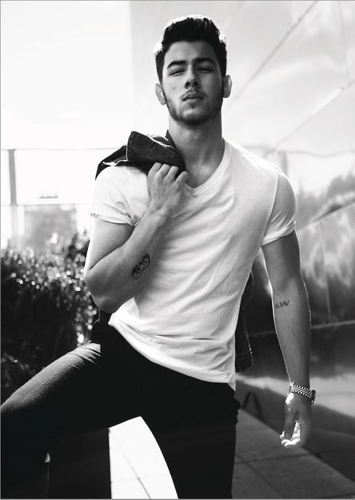 nick jonas... When did he start looking like this??