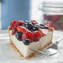 No Bake Creamy Berry Pie - For those of you that are craving something sweet but don't want to turn your oven on in the heat, this pie is perfect!: Creamy Pies, Strawberries Desserts, No Bak Creamy, Chocolates Strawberries, Nobak Berries, Pies Delicious, Berries Pies, Creamy Berries, Baking Creamy