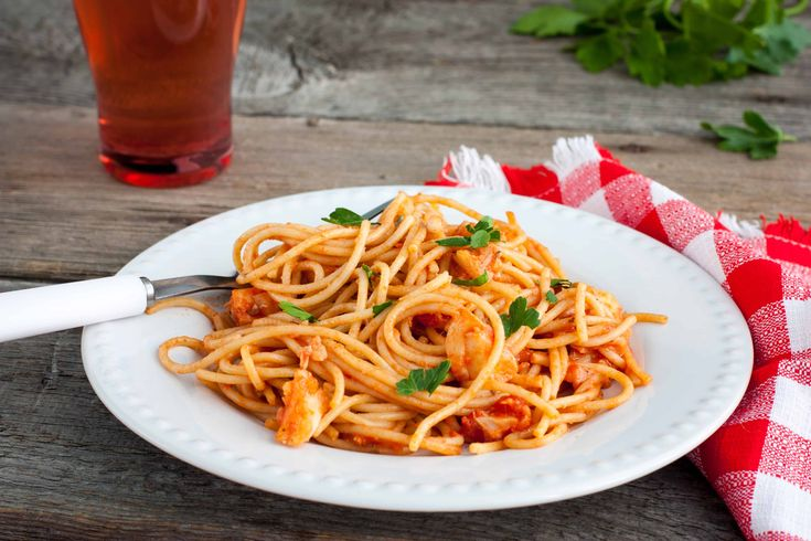 Gli Spaghetti all'Acqua Pazza sono un delizioso primo piatto di Pesce di origine campana a base di Spaghetti, Pomodorini e Orata. Facilissimi da preparare!