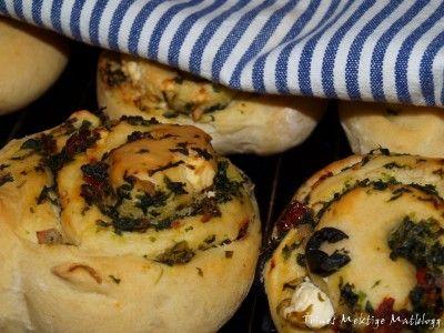 Spinatsnurrer med tomat, fetaost og oliven i svingene » TRINEs MATBLOGG