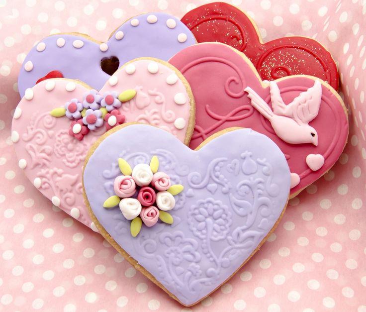引き出物、引き菓子は結婚式に来て頂いたゲストへの感謝の気持ちを表すものとして非常に大切な贈りものです。引き出物は記念日として残るものを、引き菓子はゲストの帰りを待つご家族にお土産として食べて頂けるお菓子を渡すという意味が含まれています。せっかく差し上げるのですからゲストにも良い印象を持ってもらえるような引き菓子を選びたいですよね。ではどのように引き菓子を選べば失敗せずに済むのでしょうか?年代、性別問わず、どのようなゲストからも喜ばれる引き菓子の選び方についてご紹介していきます。
