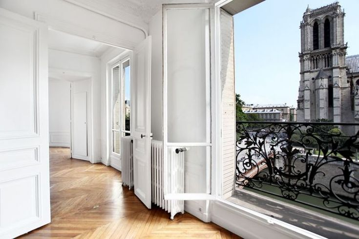 Quai Montebello (5th) - 160m2 3rd floor residence (with elevator) boasts amazing views on Notre Dame and the Seine - € 2,990,000 € 18,688 / m2 (2016)