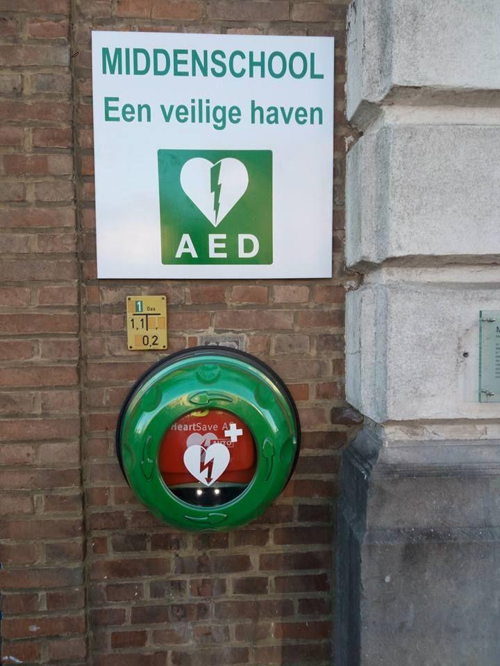 De eerste publieke #aed in #Geraardsbergen bij de #middenschool #veiligehaven #rotaid #belgie