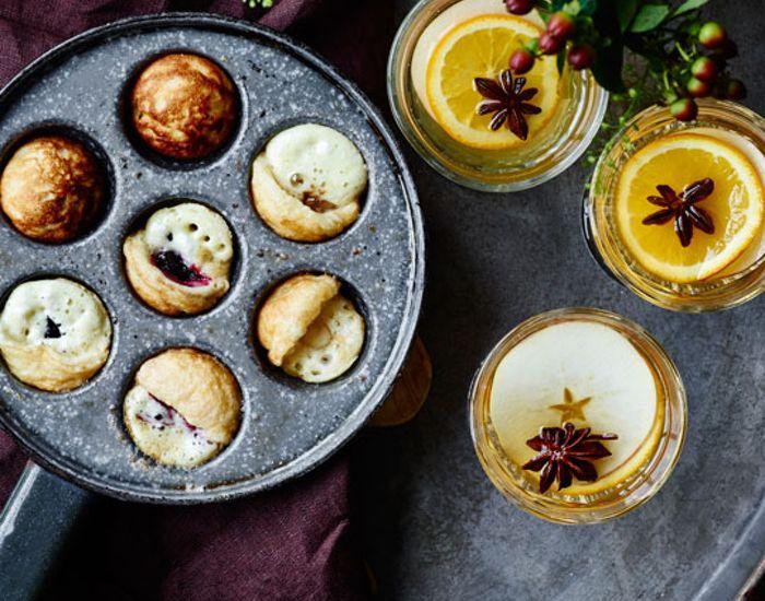 Æbleskiverne kan bages på helt traditionel vis uden fyld. Men her fylder vi dem med det bedste fyld, du kan drømme om! Få tips og opskrift her.
