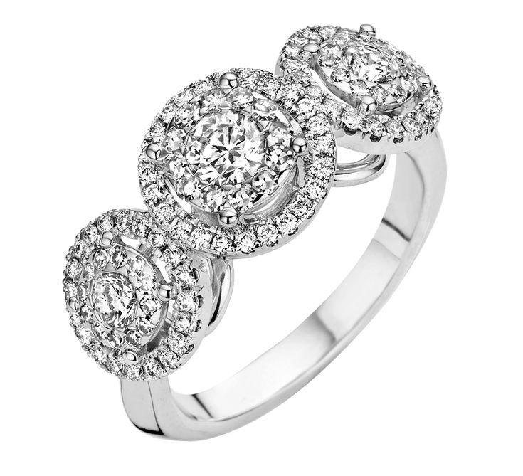 Роскошное золотое кольцо с бриллиантами восхищает великолепным дизайном. Форма изделия несет положительную энергию. Круглая форма – символ бесконечности и гармонии. Купить золотое кольцо с бриллиантами – подчеркнуть свою красоту.