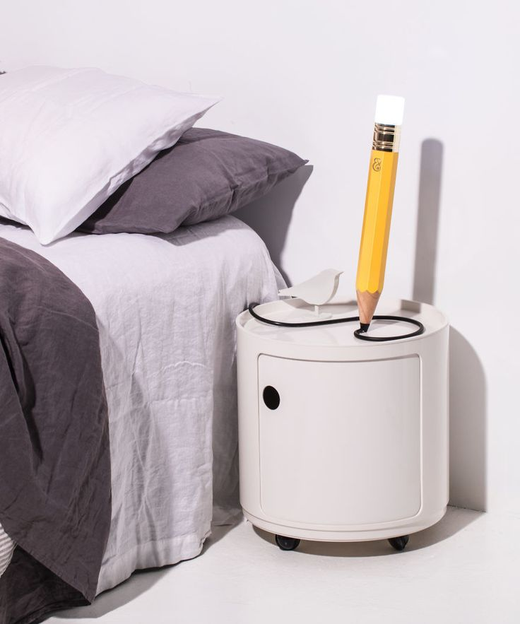 Com o objetivo de inspirar as pessoas, os designers Michael & George criaram a The Pencil Lamp, uma lâmpada de luz desenhada como se fosse um lápis, cujo cabo de alimentação sai da ponta do lápis e se parece com rabiscos deixados pelo ambiente.