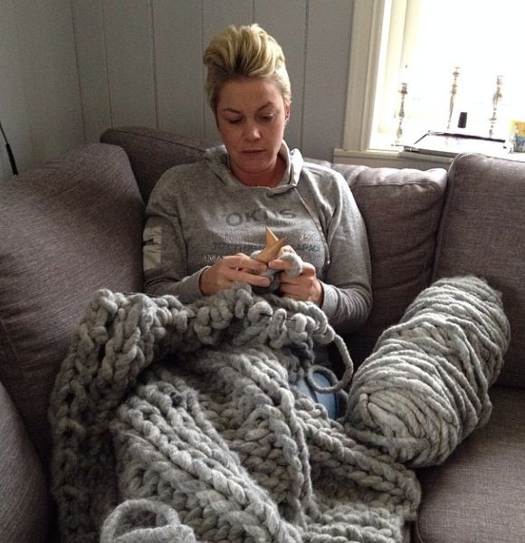 One happy knitter from Norway knitting a blanket with Loopy Mango Big Loop Yarn. Extreme knitting.