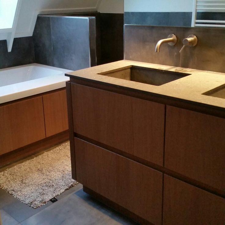 Het badmeubel en de kasten onder het bad zijn van het zelfde eiken op maat gemaakt voor een woning te Bornerbroek.