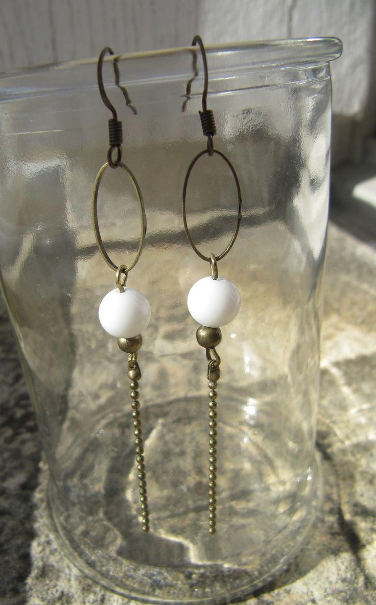 boucles d'oreille bronze et perle blanche : Boucles d'oreille par milky-bibiche