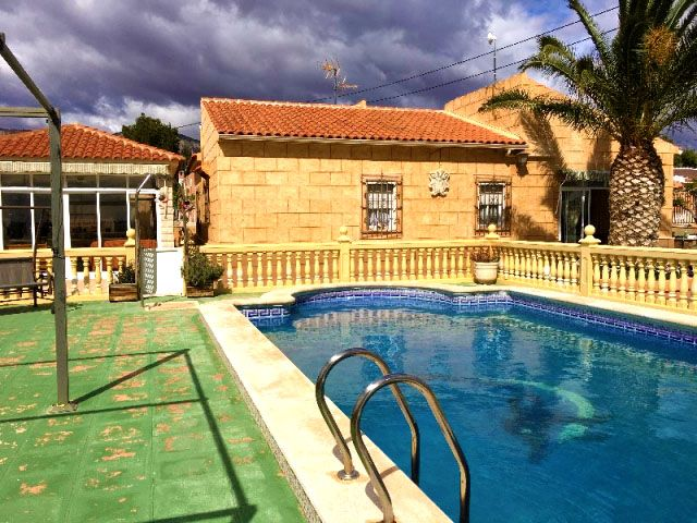 Reduced to 260000€! Beautiful Typical 4 bed Spanish Country property near Albatera having panoramic mountain views, pool and tennis court. Ref: Alba F1