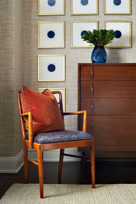 Строгий интерьер квартиры с оранжевыми акцентами в Нью-Йорке